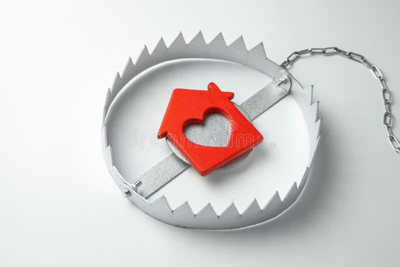 Armadilha com casa da isca O risco de comprar uma casa velha Hipoteca perigosa Dirija o seguro Fundo cinzento ilustração stock