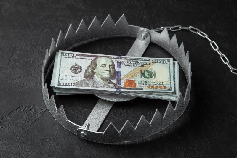 Armadilha com uma pilha de dinheiro Risco perigoso para o investimento ou decepção no negócio Fundo preto imagens de stock royalty free