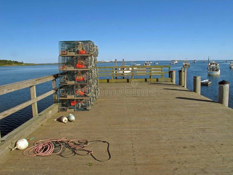 Armadilhas da lagosta empilhadas na toninha Maine do cabo do cais e na lagosta BO fotografia de stock