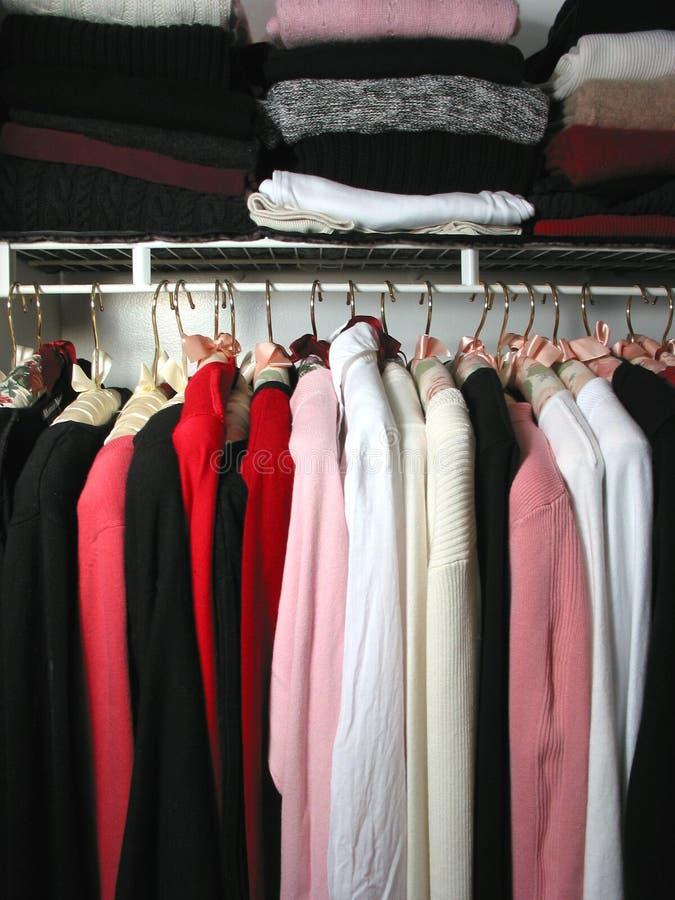 Armadio con i vestiti immagine stock