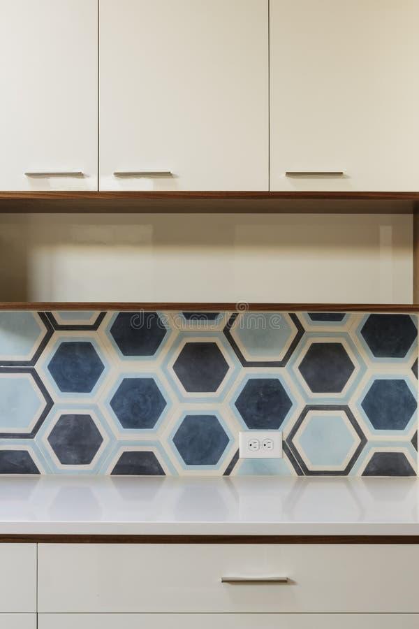 Armadio Da Cucina Bianco Nella Casa Moderna Con Le Mattonelle Blu ...