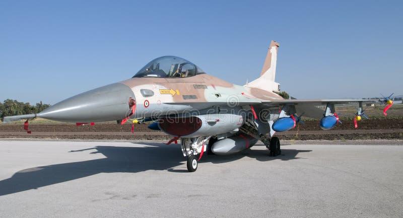 Armado airplan del caza F-16 israelí con las bombas y foto de archivo libre de regalías