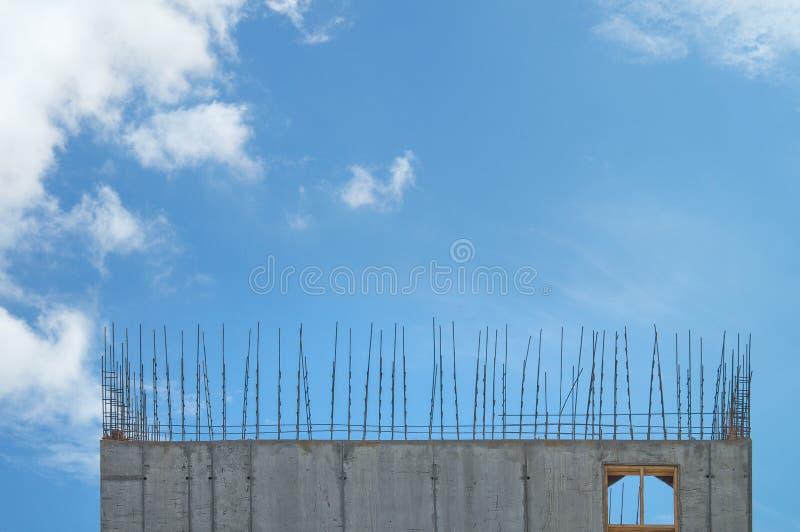 Armadura em um terreno de construção contra um céu azul Fundo industrial da construção imagem de stock royalty free