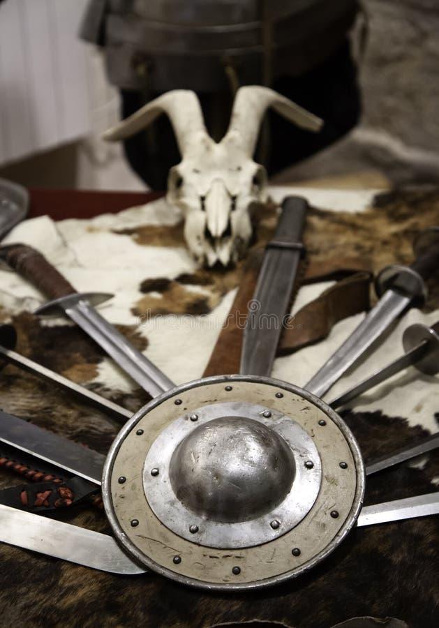 Armadura medieval de las espadas imagen de archivo libre de regalías