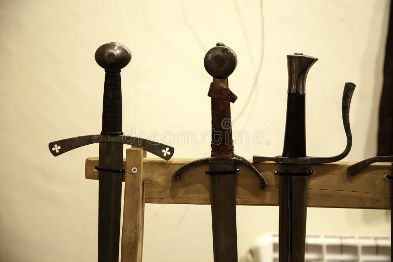 Armadura medieval de las espadas imágenes de archivo libres de regalías