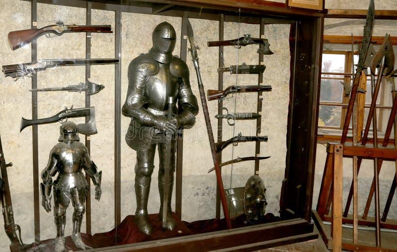 Armadura medieval dentro de las casas del callejón de oro en el castillo de Praga, República Checa fotografía de archivo