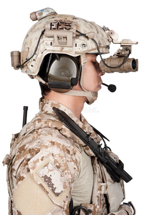 Armadura y casco llenos del hombre del soldado imagenes de archivo