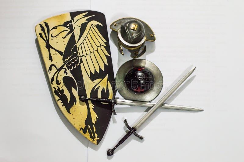 Armadura y espada medievales imagen de archivo