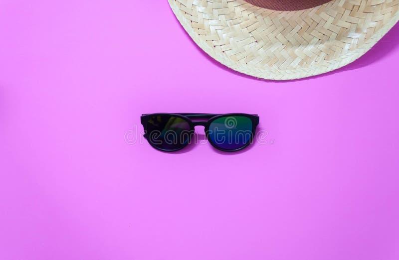 Armadura y gafas de sol del sombrero en fondo rosado foto de archivo libre de regalías