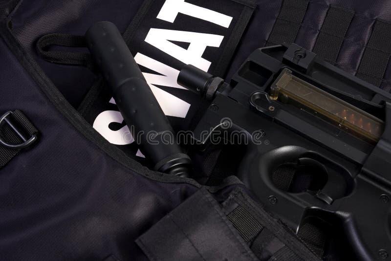 Armadura y rifle del GOLPE VIOLENTO fotografía de archivo