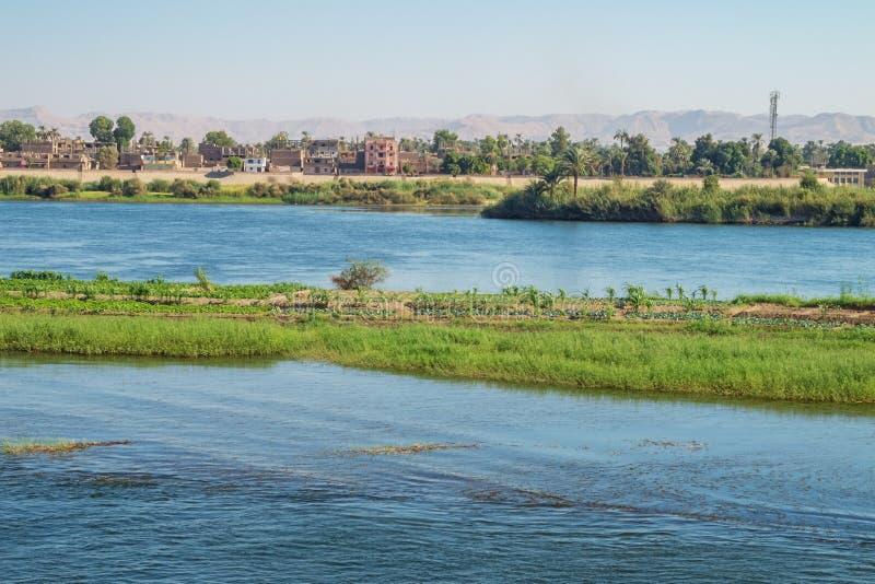 Armant ö med någon boning i bakgrunden arkivbilder