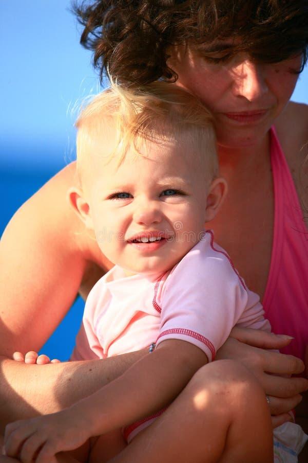 armar behandla som ett barn moder s arkivbild