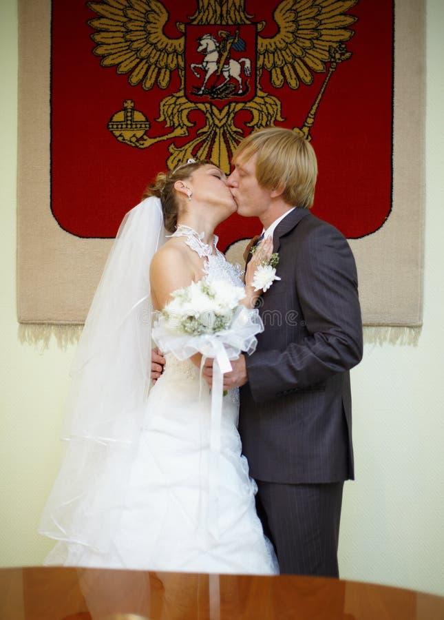 armar kysser att gifta sig nytt ryss under arkivfoto