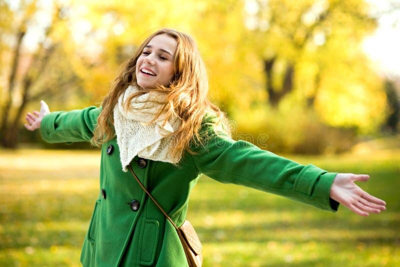 armar outstretched utomhus kvinnan arkivfoto