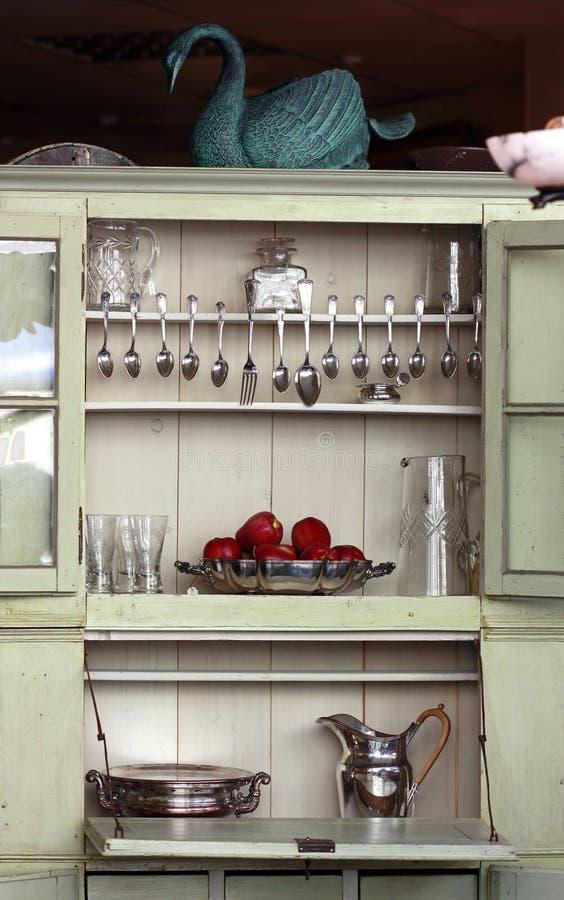 Armario antiguo de la cocina foto de archivo