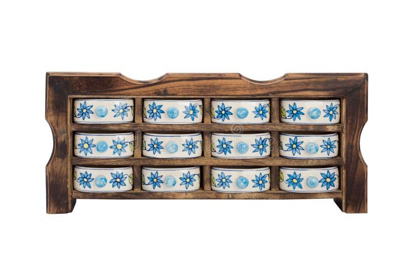 Armario de madera antiguo de la cocina con los rectángulos de la porcelana para las especias imagen de archivo