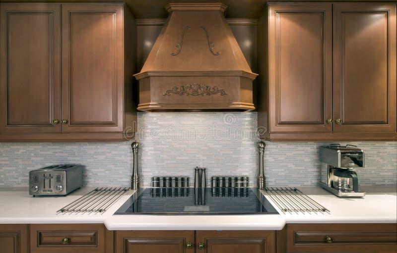 Armarios de cocina y cooktop imagen de archivo