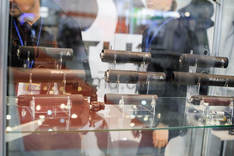 Armas automáticas del silenciador en la exposición foto de archivo