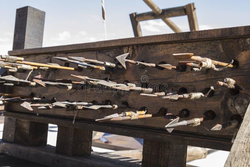 Armas, bestas, onagros, catapultas e massa medievais do cerco foto de stock