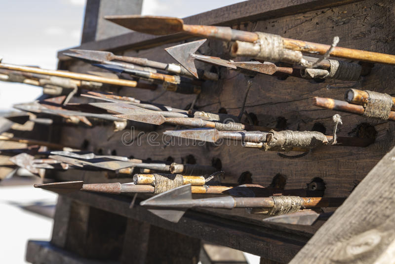 Armas, bestas, onagros, catapultas e massa medievais do cerco fotografia de stock royalty free