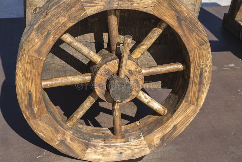 Armas, bestas, onagros, catapultas e massa medievais do cerco imagem de stock