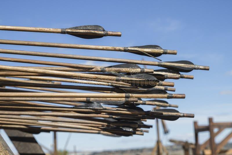 Armas, bestas, onagros, catapultas e massa medievais do cerco imagens de stock
