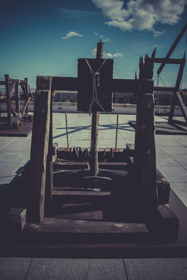 Armas, bestas, onagros, catapultas e massa medievais do cerco fotos de stock royalty free
