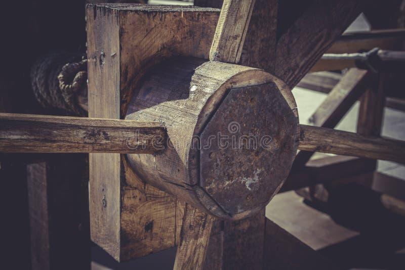 Armas, bestas, onagros, catapultas e massa medievais do cerco imagem de stock royalty free