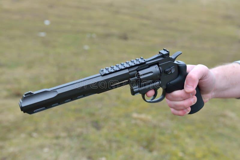 Armas de fuego y tema de la seguridad d el hombre con un for Muebles para guardar armas de fuego