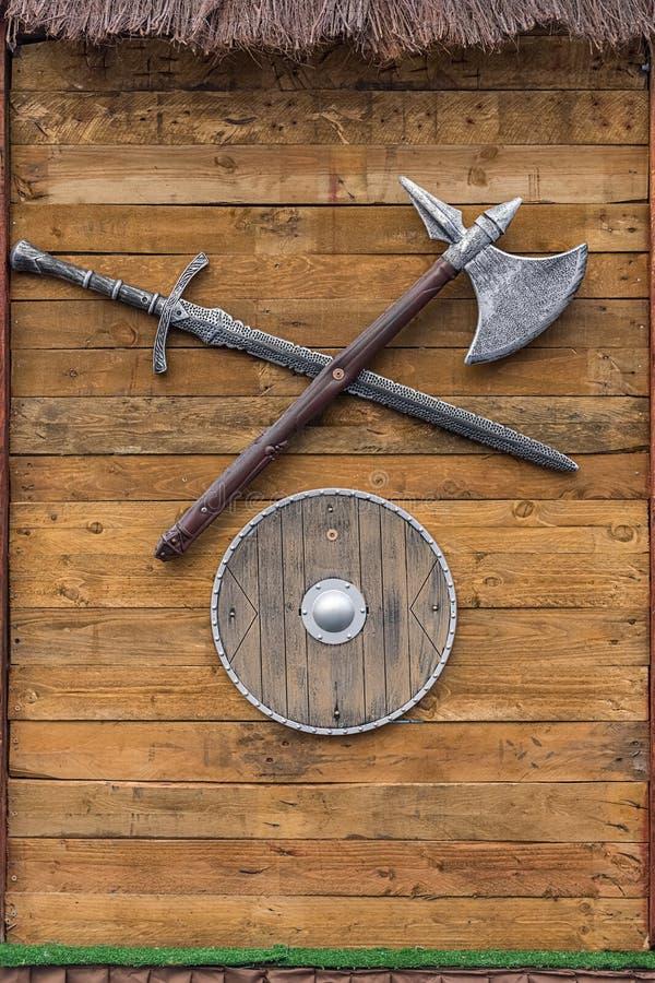 Armas de Viking contra la perspectiva de un tablero de madera imagen de archivo