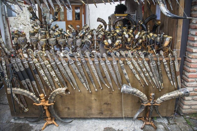 Armas e copos, decorados com prata, Kakheti, Geórgia imagem de stock royalty free