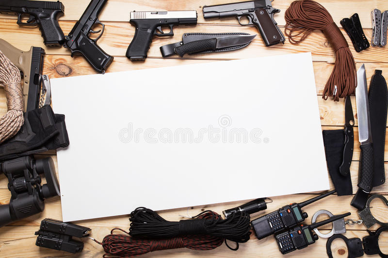 Armas e facas militares fotografia de stock