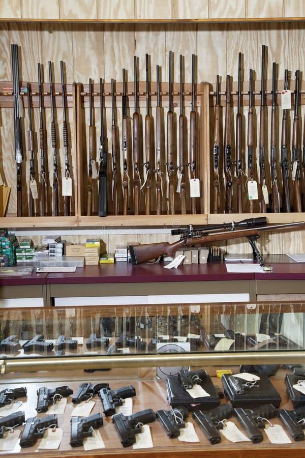 Armas exhibidas en tienda de armas foto de archivo libre de regalías