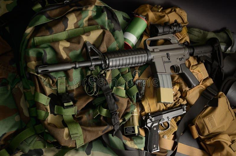 Armas usadas, pistola, granada com os equipamentos táticos da caixa e munição fotografia de stock