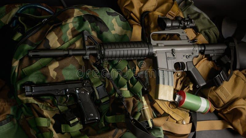 Armas usadas, pistola, granada com os equipamentos táticos da caixa e munição foto de stock royalty free