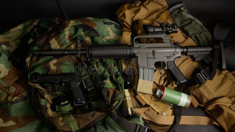 Armas usadas, pistola, granada com os equipamentos táticos da caixa e munição foto de stock