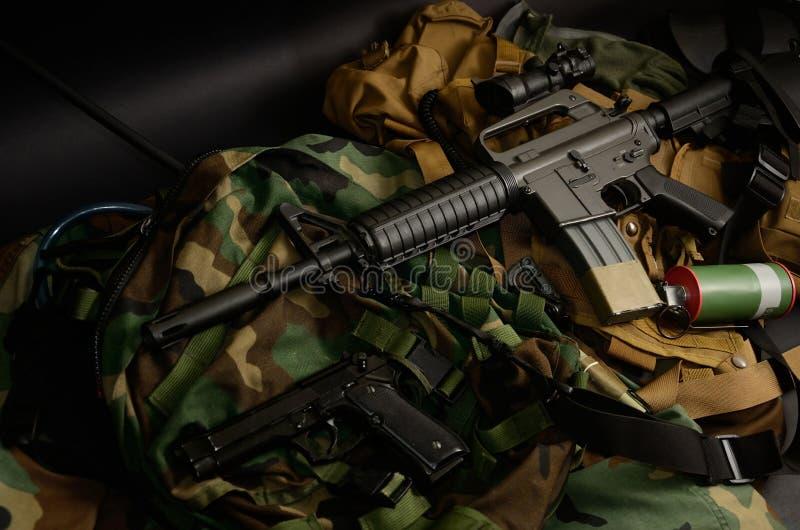 Armas usadas, pistola, granada com os equipamentos táticos da caixa e munição fotos de stock