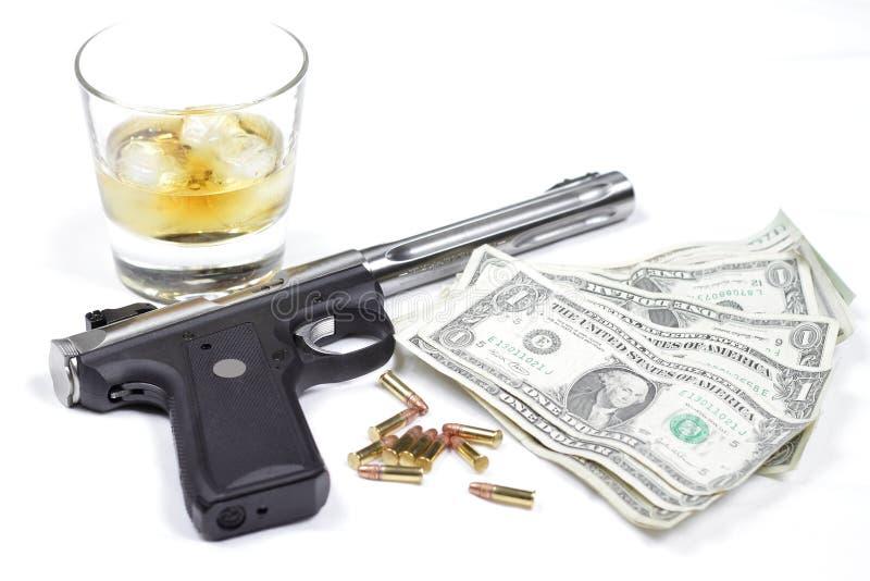 Armas, whisky, dinero fotos de archivo