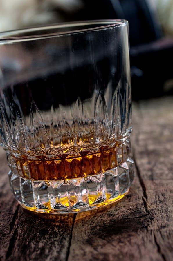Armas, whisky y cigarro fotografía de archivo libre de regalías