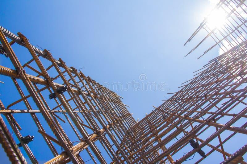 Armatur mot den blåa himlen arkivfoto