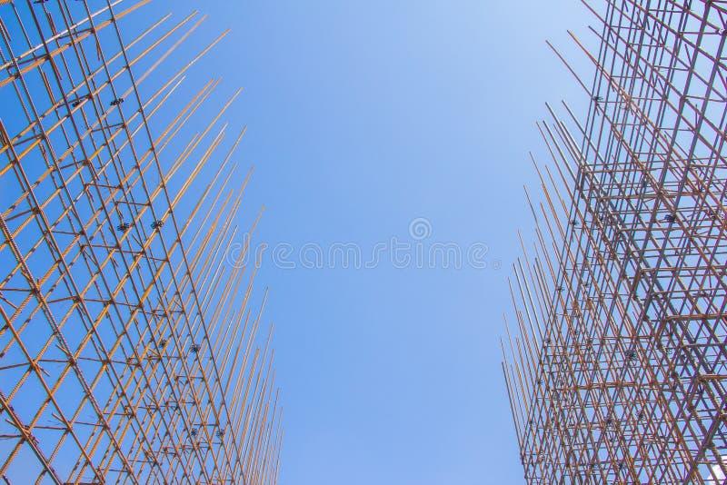 Armatura contro il cielo blu immagine stock