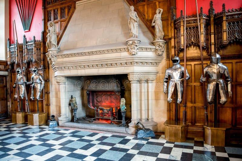 Armatura dei cavalieri e un grande camino dentro di grande corridoio nel castello di Edimburgo fotografia stock libera da diritti