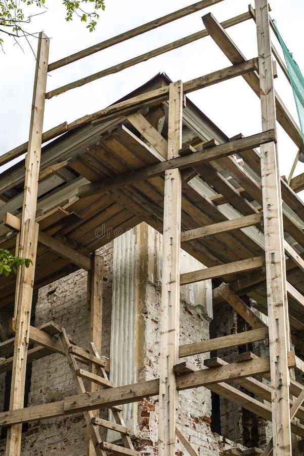 Armatura di legno intorno alla costruzione antica fotografia stock