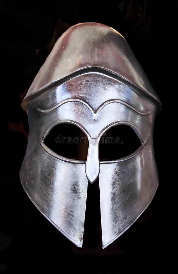 Armatura medievale del casco del metallo isolata sul nero fotografia stock