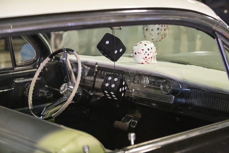 Armaturenbrett des Autos des Amerikaners 60s mit hängenden Würfeln stockbild