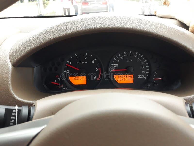 Armaturenbrett sagen der Geschwindigkeit des Autos, Hitzeniveau, Brennstoff stockbild