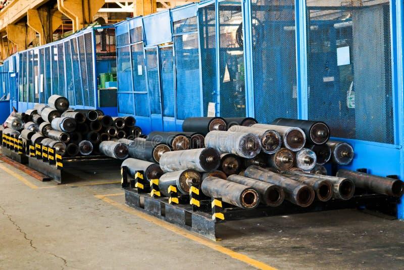 Armazém, armazenamento de rolos do ferro, tubulações, peças sobresselentes em uma planta industrial foto de stock