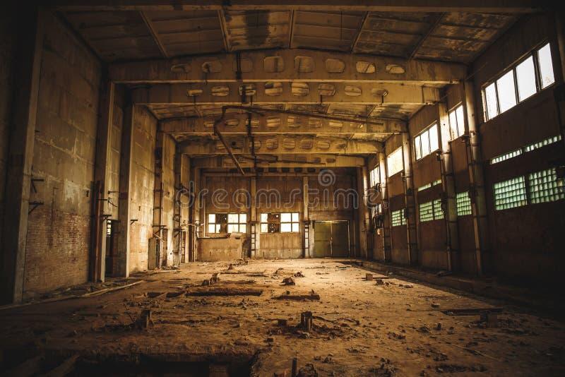 Armazém assustador industrial abandonado dentro da construção escura velha da fábrica do grunge foto de stock royalty free