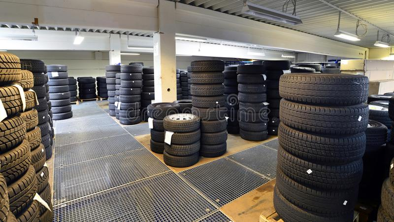 Armazém com pneumáticos do carro em uma garagem - monte pneus a mudança fotografia de stock
