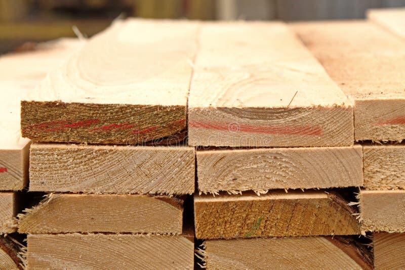 Armazém da madeira serrada dos produto acabados para o close-up da construção fotografia de stock